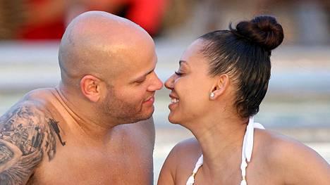 Melanie B vietti kuhertelulomaa miehensä Stephen Belafonten kanssa.