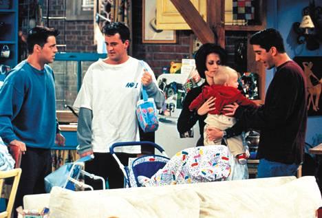 Ensi tiistain Frendit jaksossa Joeylla (Matt LeBlanc, vas.), Chandlerilla (Matthew Perry), Monicalla (Courteney Cox) ja Rossilla (David Schwimmer) on vauva kyydissä.