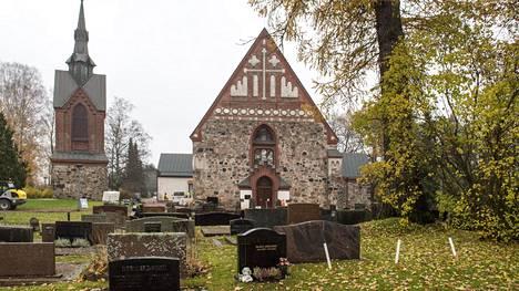 Pyhän Laurin kirkon hautausmaata laajennetaan. Arkkuhautalaajennuksen ensimmäinen vaihe valmistui helmikuussa, ja laajennusurakan toinen vaihe toteutunee Vantaan seurakuntien mukaan vuosina 2022–2023.