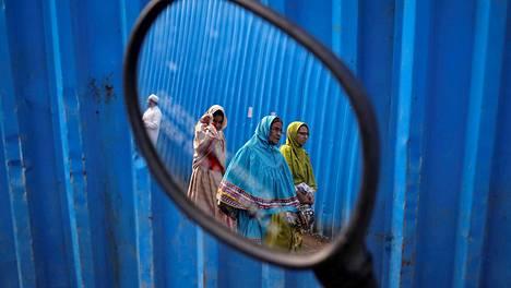 Intialaisia musliminaisia kuvattuna Mumbaissa.