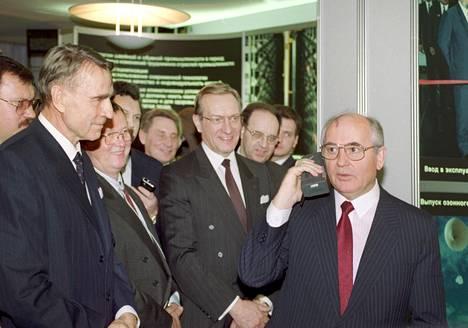 Mihail Gorbatshov (oik.) vieraili Suomessa vuonna 1989 ja soitti kotimaahansa upouudella Nokian Mobira -matkapuhelimella. Kuvassa myös presidentti Mauno Koivisto, Kalevi Sorsa, sekä Harri Holkeri.