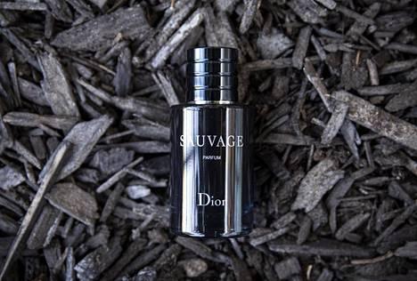 Kyseessä oli Diorin Sauvage Parfum, jossa tuoksuvat bergamotti, mausteinen mandariini ja elemi, Sri Lankan santelipuu sekä tonkapapu, frankinsenssi eli olibaanihartsi ja vanilja.