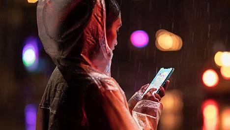Applen markkinointikuvassa nainen käyttää uutta iPhone XR:ää.