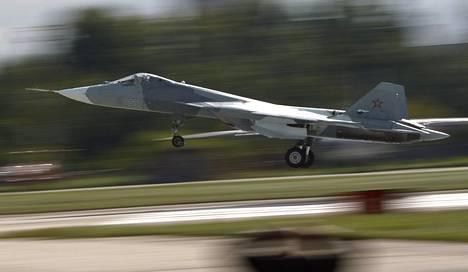Suhoi T-50 PAK-FA on Venäjän uuden taisteluhävittäjän koko koodinimi. Kuvassa kone esittelylennolla 2013.