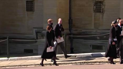 Prinssi Harry lähti kappelista samaa matkaa isoveljensä prinssi Williamin ja herttuatar Catherinen kanssa.