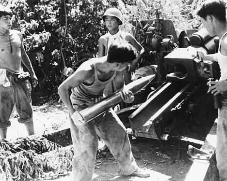 Eteläkorealaisia lataamassa Korean sodan aikaista Howitzeria elokuussa 1950.