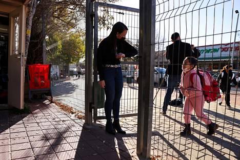 Opettaja toivottaa lapsen tervetulleeksi kouluun Jerusalemin Mevaseret Zionin kaupunginosassa.