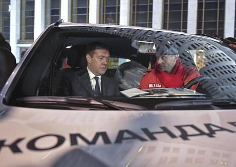 Pääministeri Dmitri Medvedev testaili uutta bemaria Ilja Kovaltshukin kanssa.