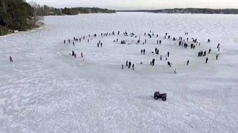 Jääkaruselli keräsi sankoin joukoin väkeä Helsingin Vartiosaaren edustalle.