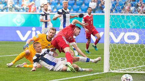 Jere Uronen liukui viime hetkessä hätiin ja esti Venäjän Vjatseshlav Karavajevin maalinteon keskiviikon ottelussa.