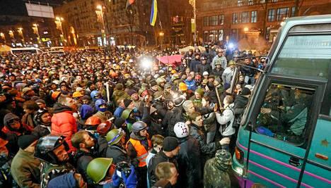 Valtava määrä ihmisiä oli Kiovassa kerääntynyt seuraamaan bussin matkaa.