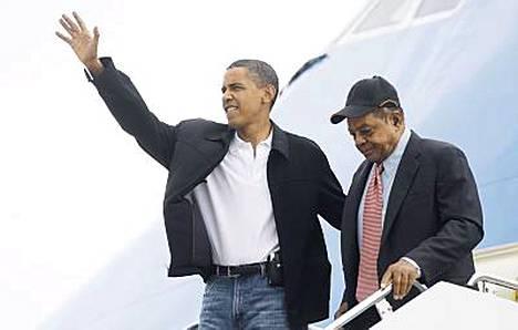 Barack Obama ja Willie Mays saapuivat yhdessä Lambert St. Louisin kansainväliselle lentokentälle tiistaina.