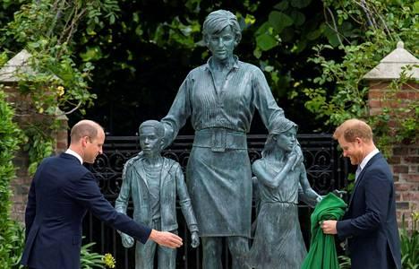 Prinssi Harry palasi Britanniaan ja paljasti veljensä prinssi Williamin kanssa heidän äitinsä, edesmenneen prinsessa Dianan 60-vuotissyntymäpäivänä tämän muistopatsaan.