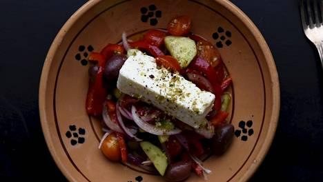 Kreikkalaisessa salaatissa on muhkeita paloja vihanneksia ja runsaasti suolaista fetajuustoa.