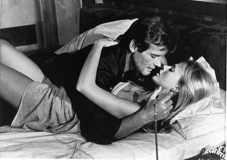 007 ja kultainen ase (1974), näyttelijät Roger Moore ja Britt Ekland.