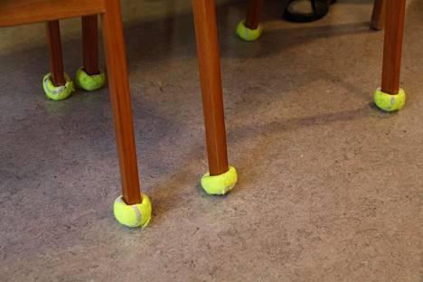 Tupahoivan tuolinjalat on pehmustettu tennispalloilla.