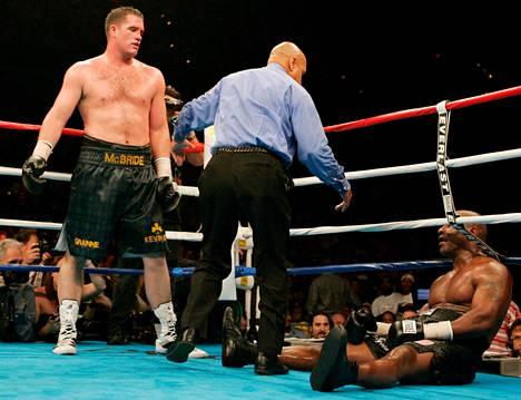 McBride on lyönyt Tysonin kanveesiin. Tyson luovutti ottelun kuudennen erän jälkeen.