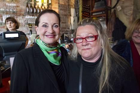 Marja-Leena Kouki ja Rea Mauronen KOM-teatterin tilaisuudessa huhtikuussa 2013.