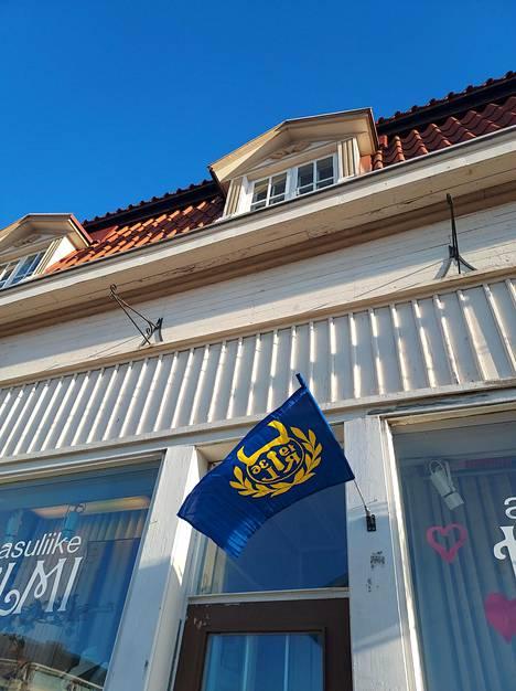 Lukon lippu löytyy monesta ikkunanpielestä.