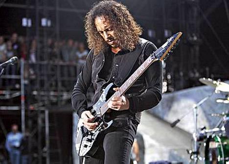 Kitaristi Kirk Hammett revittää Metallican keikalla Tanskassa.
