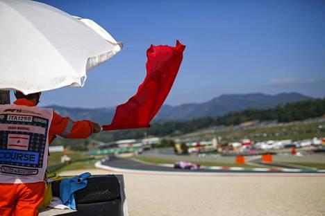 Punaiset liput liehuivat ahkerasti Mugellon F1-osakilpailussa.