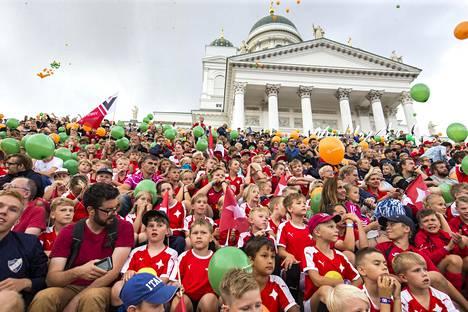 Helsinki Cupin avajaisissa Senaatintorilla yritettiin ottaa maailman suurin joukkuekuva tänä kesänä.