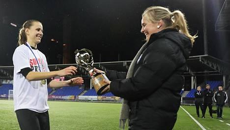 PK-35 Vantaan kapteeni Sanna Saarinen (vas.) pääsi viime syksynä nostamaan Naisten liigan mestaruuspokaalia.