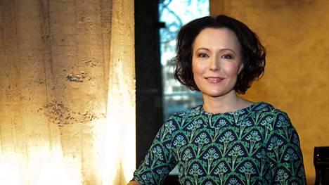 Turun kirjamessujen ohjelmajohtaja Jenni Haukio muistuttaa Seurassa aikuisia esimerkin voimasta.