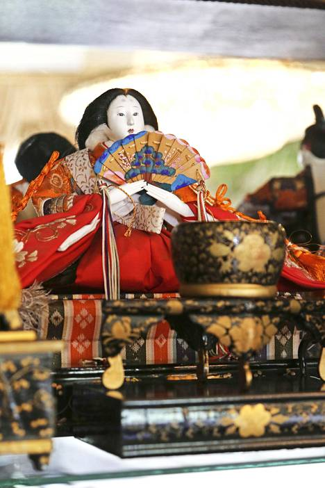 Hurmeiden Japani-kokoelmaan kuuluu muun muassa keisarinnanukke, jota Japanissa pidetään esillä yhdessä muun nukkehoviväen kanssa tyttöjen päivänä 3.3. kerran vuodessa.