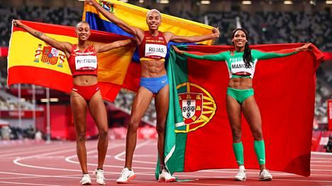 Venezuelan Yulimar Rojas (keskellä) oli olympiasunnuntain ykkösnimi. Espanjan Ana Peleteiro (vas.) saavutti pronssia ja Portugain Patricia Mamona hopeaa.