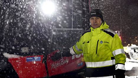 Mies ja latukone. Entinen kilpahiihtäjä Kai Lippojoki esittelee modernia laitetta.