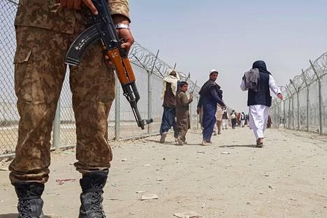 Pakistanilaissotilaat käännyttivät afganistanilaisia maiden välisellä rajalla.