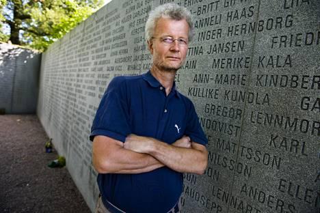Mikael Öun ja Estonian muistomerkki Tukholmassa.