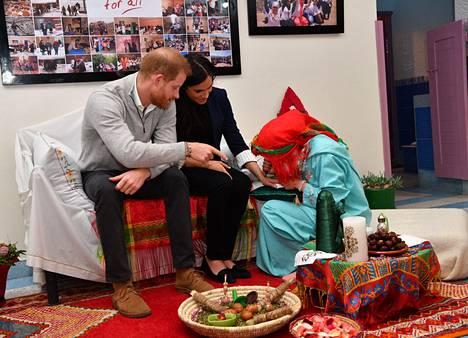 Harry katseli kiinnostuneena vierestä, kun Meghan osallistui hennatatuointiseremoniaan.