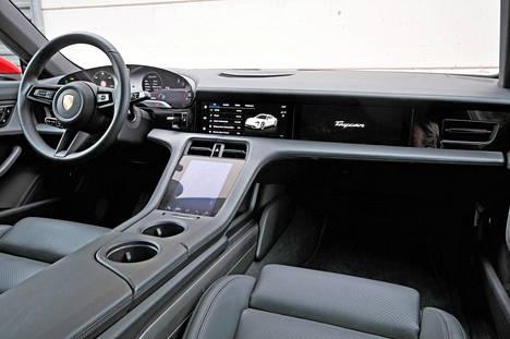 Taycan 4S:ssä on vakiona osittainen nahkaverhoilu sekä kahdeksaan suuntaan sähköisesti säädettävät etuistuimet. Kuljettajan paikalla on helppo viihtyä, kunhan autoon on päässyt sisälle.