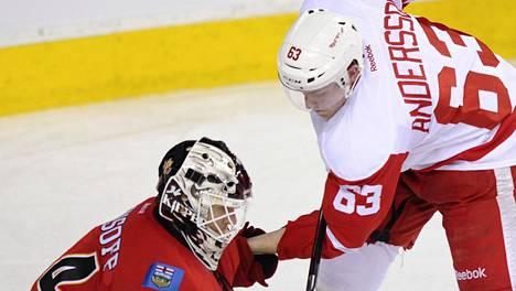 Detroit Red Wingsissä pelannut Joakim Andersson (oik.) yrittää ohittaa Calgary Flamesin Miikka Kiprusoffin maaliskuussa 2013 pelatussa NHL-ottelussa.