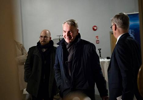 Ulkoministeri Pekka Haavisto (vihr) piti tiedotustilaisuuden al-Hol-asiasta vuosi sitten keskellä hallituskriisiä. Haavisto sai avustajiltaan kiitosta esiintymisestään.