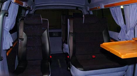 Esimerkiksi kuvan kaltaisen henkilöautoksi rekisteröidyn dieselkäyttöisen entisen Toyota Hiace -taksin on voinut katsastaa matkailuautoiksi verraten vähäisillä muutostöillä. Lopputuloksena on ollut henkilöautoa selvästi pienempi dieselvero.