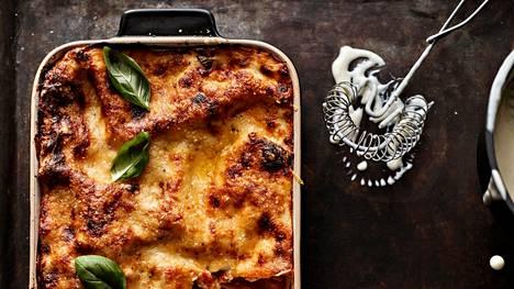 Tämän lasagnen juju on helppo bechamel-kastike. Unohda kökkäreet ja pohjaan palanut maito!