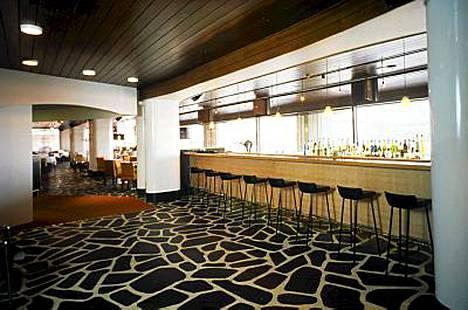 1990-luku. Tyylikäs, liuskekivistä tehty lattia Helsingissä Eteläranta 10:ssä sijaitsevassa Palace Grillissä 1999.