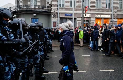 Mielenosoittaja ja poliisirivistö.