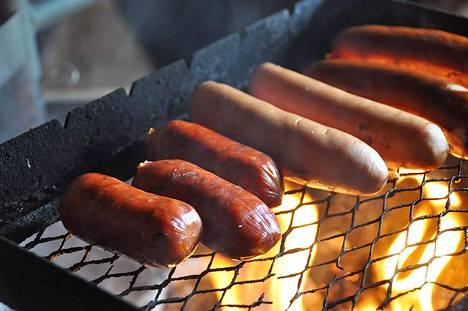 Makkaroiden ja nakkien pinnan halkeilua voi ehkäistä pistelemällä niihinpieniä reikiä ennen grilllausta.
