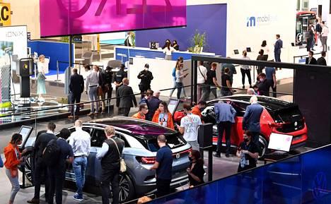 Monet hallien osastoista olivat jopa yllättävän pieniä. Lisäksi käytössä oli rajoituksia, joiden puitteissa sisäänpääsyä esimerkiksi kuvan VW-osastolle joutui odottelemaan melkoisen tovin.