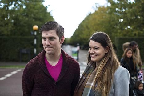 Jenny Chapman, 23, ja Dominic Quinn, 23, eivät tunnista Aaltoa, mutta arvelevat hänen työskentelevän viihdealalla.