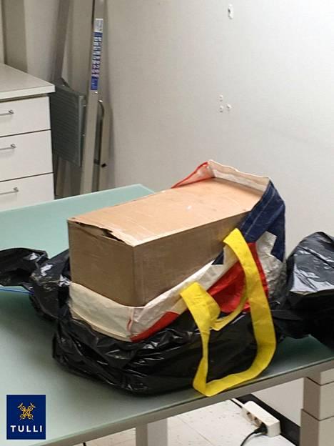 Kokaiinia sisältänyt pahvilaatikko osittain avattuna.