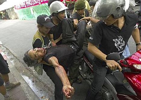 Mielenosoittajat kantoivat haavoittunutta toveriaan armeijan tulituksen alettua.