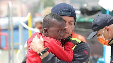 Italian rannikkovartioston pelastama siirtolaislapsi Messinan satamassa 14. toukokuuta.