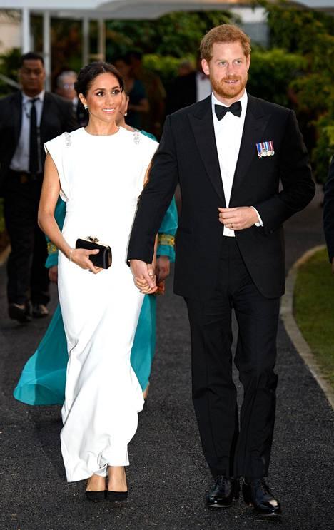 Prinssipari saapui hymyssä suin Tongan kuninkaalliseen palatsiin illalliselle.