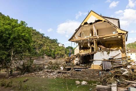Osittain romahtanut talo kuvattuna lauantaina Saksassa.