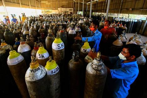 Työntekijä täytti lisähappipulloja koronapotilaita varten huhtikuussa Jabalpurin kaupungissa.